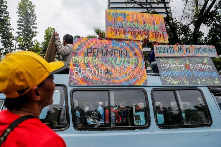 Para pengemudi angkutan umum berbagai jurusan Tanah Abang melakukan aksi unjuk rasa di depan Balai Kota DKI Jakarta, Senin (22/1/2018). Mereka tidak terima dengan kebijakan Pemprov DKI Jakarta yang menutup ruas jalan demi pedagang kaki lima.
