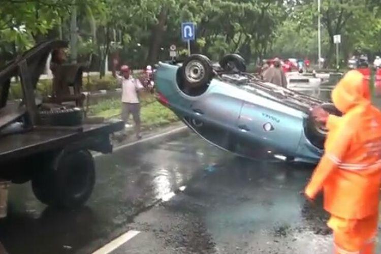Taksi dengan nomor polisi  B-1187-BTJ yang dikemudikan Muji Mulyono (55), terbalik.  Peristiwa itu terjadi setelah terlibat kecelakaan dengan pengendara motor, Michael (58) di Jalan Raya Patimura 37, Kebayoran Baru, Jakarta Selatan, Sabtu (18/1/2020) pagi.
