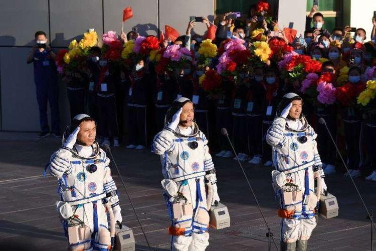Tiga astronot China kembali ke Bumi setelah menjalankan misi selama 90 hari