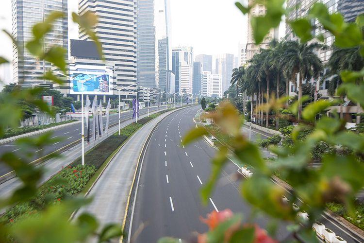 Suasana lengang saat berlangsungnya Pemberlakuan Pembatasan Kegiatan Masyarakat (PPKM) Darurat di kawasan Jenderal Sudirman, Jakarta, Sabtu (3/7/2021). Petugas akan memberikan akses untuk melintas di titik penyekatan PPKM Darurat di 63 titik di wilayah Jadetabek yang berlaku dari 3 - 20 Juli 2021 hanya yang masuk kategori sektor-sektor esensial. ANTARA FOTO/M Risyal Hidayat/hp.