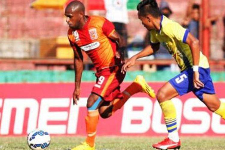 Pemain pinjaman Pusamania Borneo FC, Boaz Solossa.