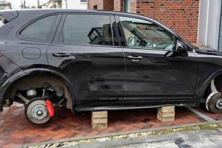 Pencuri menggondol empat ban mobil Porsche Cayenne GTS milik striker Borussia Dortmund Robert Lewandowski, dan mengganjal mobil itu dengan batu bata. Mobil ini diparkir di rumah Lewandowski di Dortmund, Minggu (9/2/2014) malam.