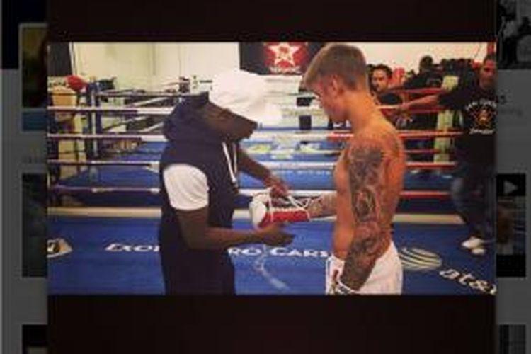 Penyanyi Justin Bieber saat latihan bersama petinju Floyd Mayweather.