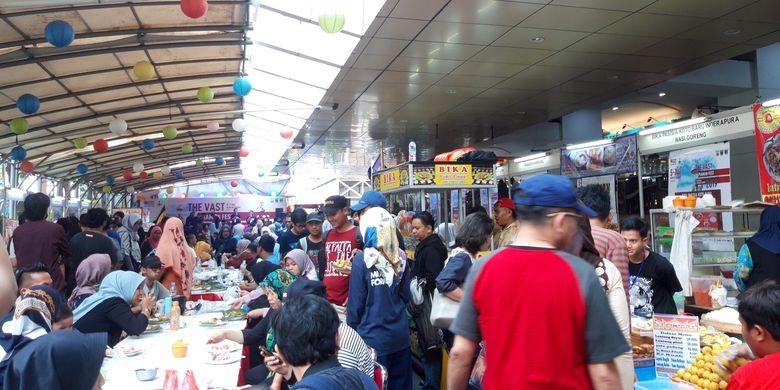 Pengunjung di gerai makan Blok M, Sabtu (6/4/2019)
