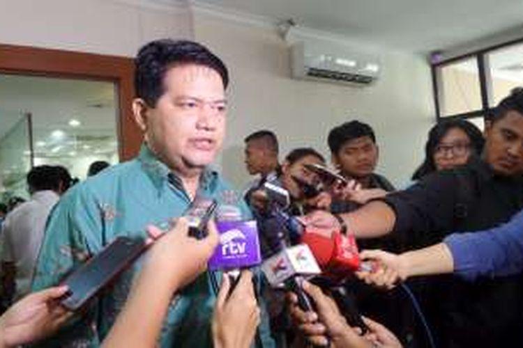 Ketua Komisi Pemilihan Umum, Husni Kamil Manik seusai menghadiri sidang kode etik penyelenggara pemilu di Gedung Dewan Kehormatan Penyelenggara Pemilu, Thamrin, Jakarta Pusat, Rabu (8/6/2016)