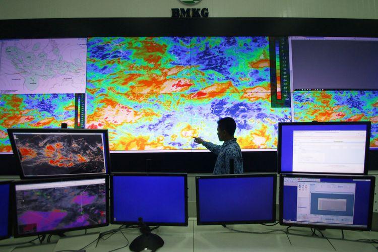Petugas BMKG menunjukkan area pergerakan badai Siklon Tropis Cempaka di Laboratorium BMKG Kemayoran, Jakarta, Rabu (29/11/2017). Pihak BMKG merilis peringatan level siaga cuaca ekstrem pergerakan Siklon Tropis Cempaka diperkirakan menjauh ke arah selatan pulau Jawa hingga awal Desember mendatang.