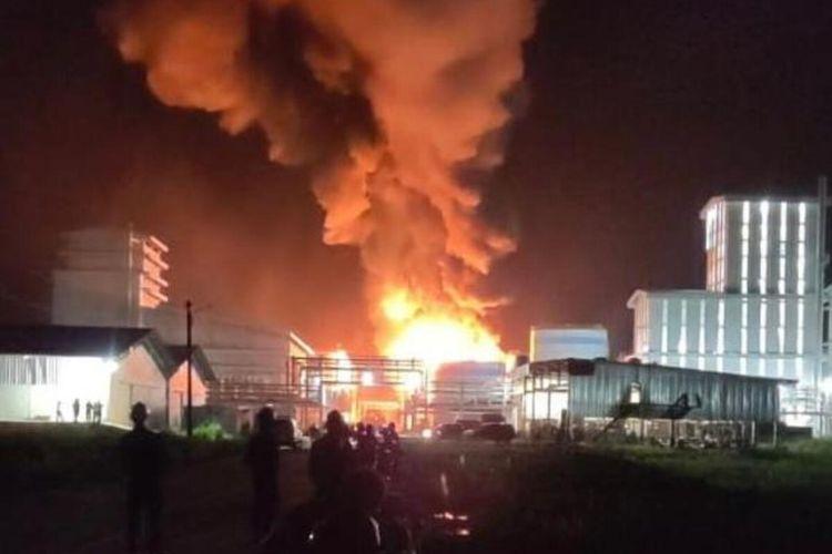 Kebakaran usai ledakan pada tangki biodisel milik PT SDO di Kota Dumai, Riau, yang menyebabkan lima orang pekerja tewas, Rabu (16/6/2021) malam.
