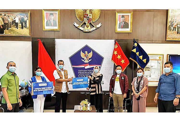 Danone Indonesia bersama Forum CSR DKI saat berikan bantuan ke BNPB (Dok. Forum CSR DKI)
