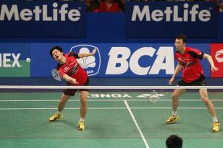 Pasangan ganda putra Korea Selatan, Lee Yong-dae (kiri)/Yoo Yeon-seong, bertahan dari serangan pasangan Indonesia, Markis Kido/Agripinna Primarahmanto Putra, pada babak pertama BCA Indonesia Open Superseries Premier 2015 di Istora, Jakarta, Rabu (3/6/2015).