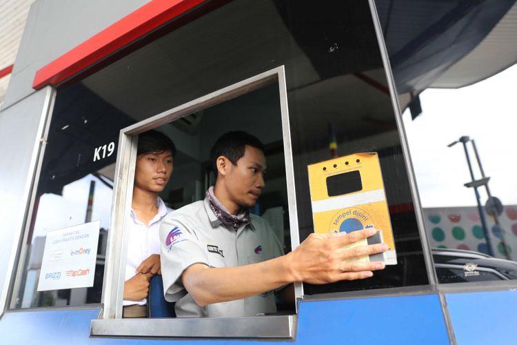 Petugas GT Cipali tengah menghitung pengembalian uang tol penumpang yang melintasi Tol Cipali.