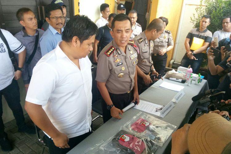 Kapolrestabes Bandung, Kombesa Irman Sugema yang didampingi Kasatreskrim Polrestabes Bandung AKBP M rifai tengah memperlihatkan barang bukti sekaligus menjelaskan penangkapan yang membuat dua pelaku begal tewas diterjang timah panas.