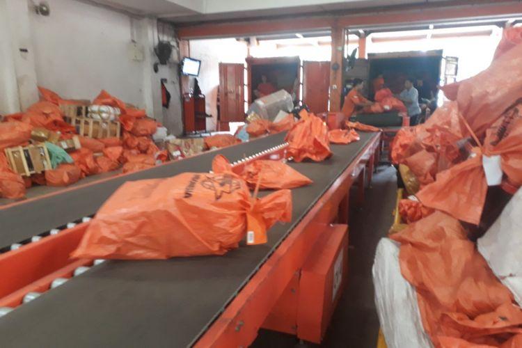 Gudang pengiriman PT Pos Indonesia di Jalan Raya Juanda Sidoarjo.
