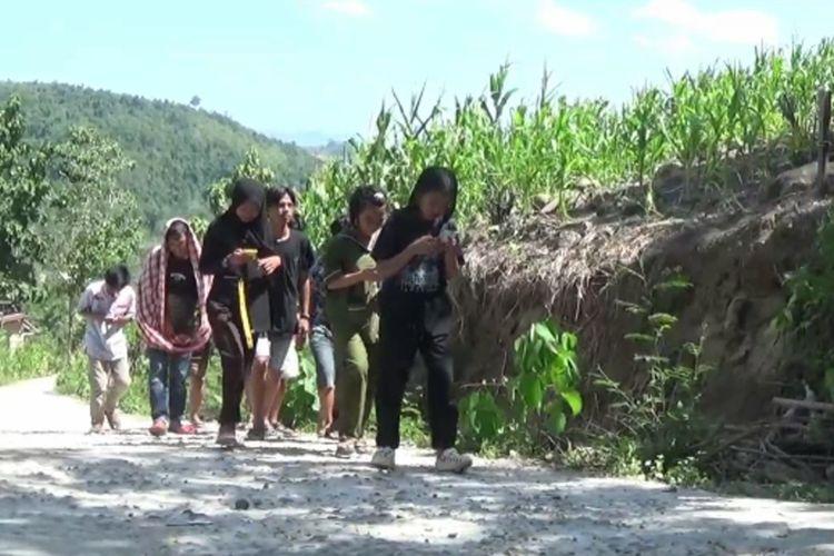 Demi Belajar Daring, Siswa Berburu Jaringan Internet ke Puncak Gunung dan Pepohon