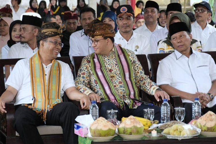 Gubernur NTB Zulkieflimansyah mendampingi Gubernur DKI Jakarta Anies Baswedan, meninjau sekolah bantuan dari warga Jakarta untuk korban gempa Lombok.