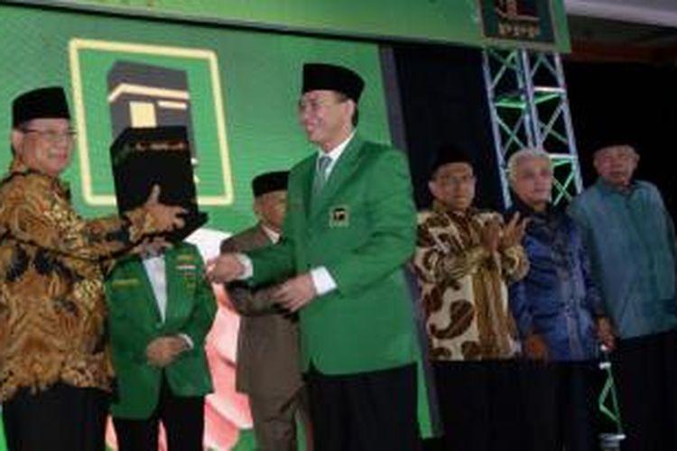 Ketua PPP Suryadharma Ali atau SDA (depan kanan) memberikan plakat Kabah kepada Ketua Umum Partai Gerindra Prabowo Subianto saat pembukaan Muktamar PPP di Hotel Sahid Jakarta, Kamis (30/10/2014). Dualisme dalam tubuh PPP membuat muktamar partai diselenggarakan dua kali oleh kubu Romahurmuziy di Surabaya dan oleh SDA di Jakarta.