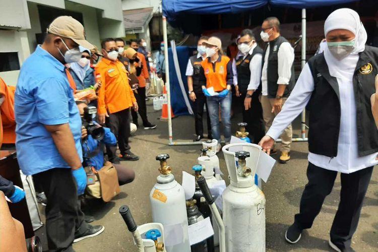Puluhan tabung oksigen mengantre mendapatkan layanan isi ulang gratis di halaman kantor Dinas Perhubungan Provinsi Jatim, Sabtu (17/7/2021).