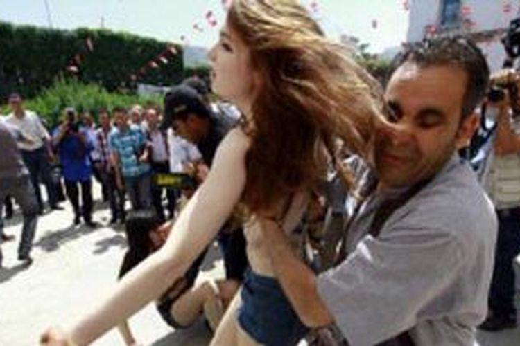 Protes dengan bertelanjang dada di Tunisia adalah yang pertama di dunia Arab.