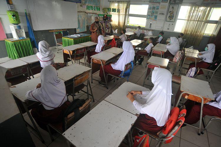 Sejumlah siswa mengikuti kegiatan belajar tatap muka hari pertama, di SDN 06 Lapai, Padang, Sumatera Barat, Senin (4/1/2021). Pemkot Padang membuka sekolah untuk belajar tatap muka dan wajib mengikuti protokol kesehatan Covid-19 dengan jumlah isi kelas hanya 50 persen, sebagian belajar daring di rumah.
