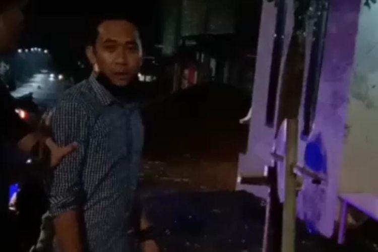 Tangkapan layar video yang memperlihatkan seorang pria terlibat cekcok dengan warga di perumahan Bernady Land, Kecamatan Patrang, Jember.