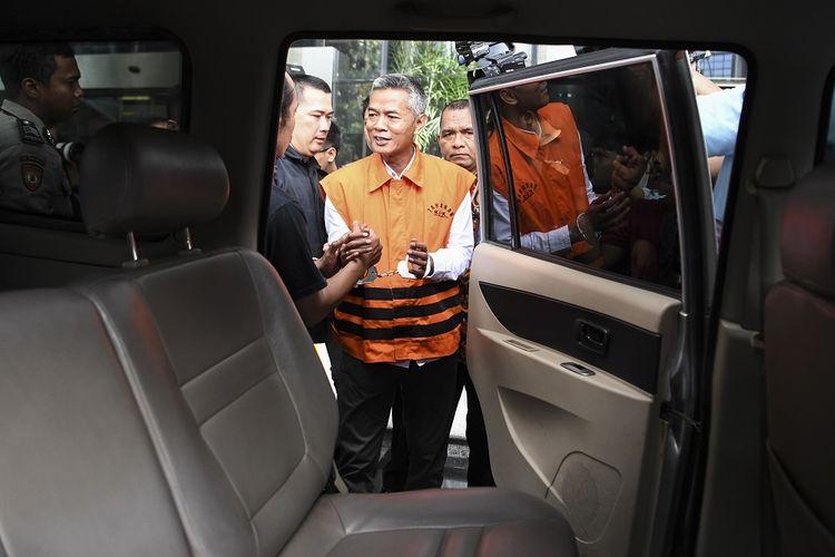 Komisioner KPU Wahyu Setiawan bersiap menaiki mobil tahanan seusai diperiksa di gedung KPK, Jakarta, Rabu (15/1/2020). Dewan Kehormatan Penyelenggara Pemilu (DKPP) menggelar sidang dugaan pelanggaran kode etik terhadap Komisioner KPU Wahyu Setiawan di Rumah tahanan KPK setelah tersangkut kasus penerimaan suap terkait penetapan pergantian antar waktu anggota DPR RI.  ANTARA FOTO/Hafidz Mubarak A/hp.