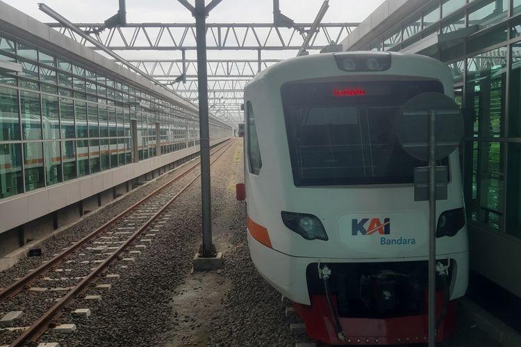 Salah satu rangkaian KA Bandara Soetta yang sedang berhenti di Stasiun Bandara Soekarno-Hatta, Kamis (1/4/2021).