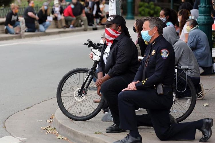Polisi di Santa Cruz berlutut di tengah demonstran, sebagai bentuk dukungan atas protes kematian George Floyd. Foto ini diunggah Twitter @SantaCruzPolice pada Minggu (31/5/2020).