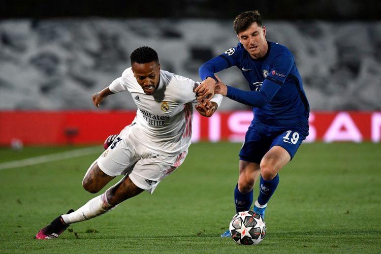 Bek Real Madrid, Eder Miliato, berduel dengan gelandang Chelsea, Mason Mount, pada laga leg pertama semifinal Liga Champions di Stadion Alfredo Di Stefano, Madrid, Rabu (28/4/2021) dini hari WIB.
