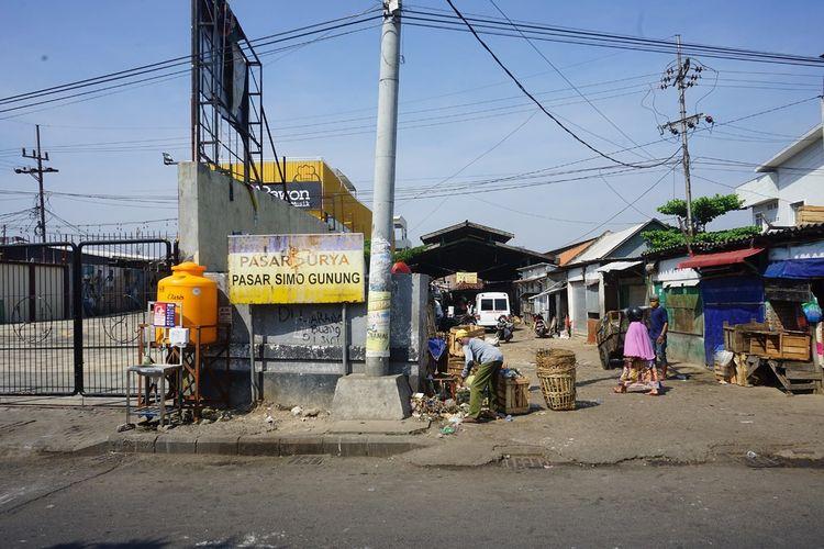 Pemerintah Kota Surabaya kembali menutup pasar tradisional, yakni Pasar Simo dan Pasar Simo Gunung, Surabaya, setelah ditemukan terdapat pedagang meninggal dan terkonfirmasi positif Covid-19, Kamis (7/5/2020).