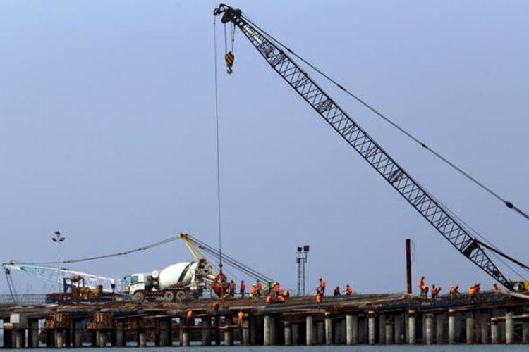 Buruh melakukan pengerjaan pembangunan Terminal Kalibaru atau yang disebut Terminal New Priok di Pelabuhan Tanjung Priok di Jakarta Utara, Rabu (20/08/2014).
