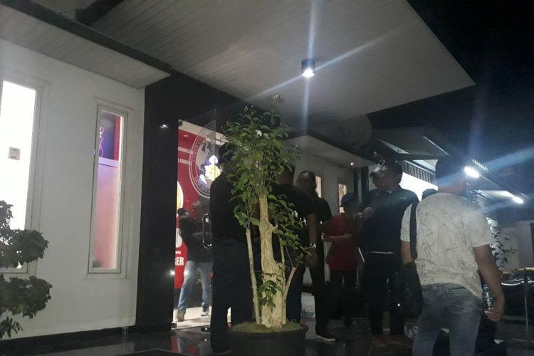 Artis VA dan seorang model berinisial AS masih diperiksa di ruang Cyber Crime Ditreskrimsus Polda Jawa Timur, Sabtu (5/1/2019) malam.