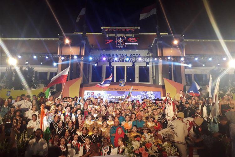 Para peserta delegasi dar berbagai negara berfoto usai menampilkan performance art di puncak penutupan Festival Seni Tradisional Internasional Lintas Budaya 2019 di Taman Surya Balai Kota Surabaya, Kamis (25/7/2019) malam.