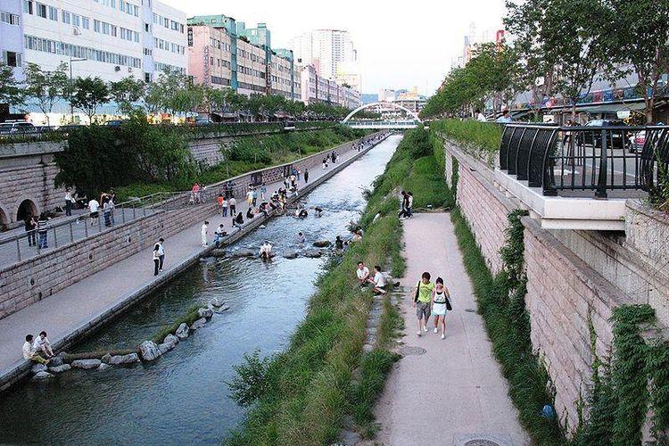 Sungai Cheonggyecheon menyediakan ruang terbuka bagi warga kota Seoul, Korea Selatan.