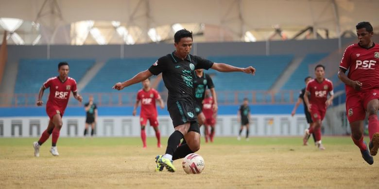 Laga uji coba PS Sleman versus klub Liga 2 Persiba Balikpapan di Stadion Wibawa Mukti, Cikarang, Jawa Barat pada Sabtu (12/6/2021) dalam rangka pemusatan latihan PS Sleman selama delapan hari hingga JUmat (18/6/2021) sejak Kamis (10/6/2021).  PS Sleman ditekuk tamunya satu gol tanpa balas.