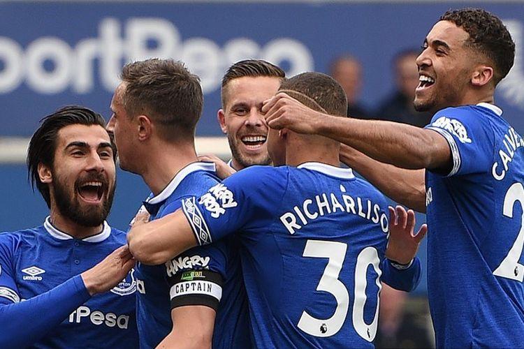 Para pemain Everton bersuka cita merayakan gol ke gawang Arsenal pada laga lanjutan Liga Inggris, di Stadion Goodison Park, Minggu (7/4/2019).