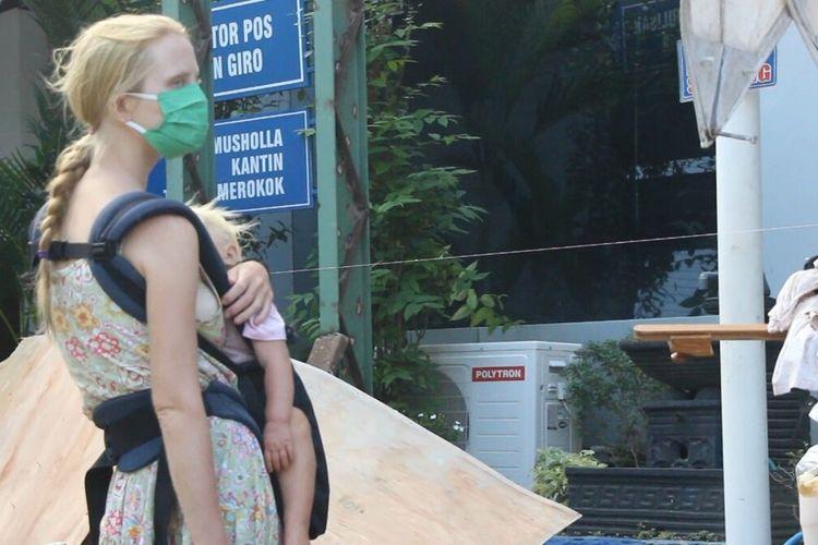 inilah  Ekaterina (28) dan balita mereka, Serafima, (2) kelyarga Mikhail yang  mendadak viral karena mengamen di sejumlah pasar tradisional di Lombok. ekaterina masih kini berada di kantor Imigrasi Mataram sambil menunggu keberangkatan ke Bali dan langsung dideportasi ke Rusia.