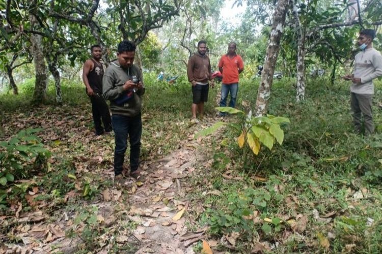 Foto : Saat warga DesaDesa Kerirea, Kecamatan Nangapanda, Kabupaten Ende, NTT, mencari sinyal di tempat yang jauh sekitar belasan kilometer, Kamis (8/8/2020).