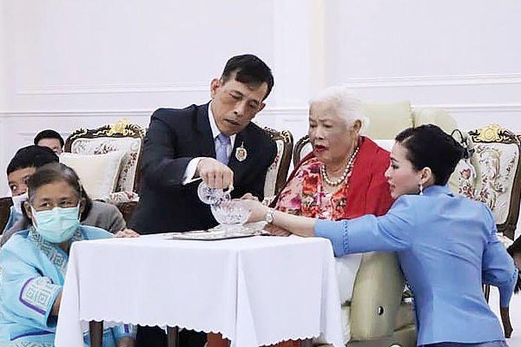 Raja Maha Vajiralongkorn (kiri tengah) saat pesta ulang tahun ke-88 Ibu Ratu Suri Sirkit (kanan tengah).