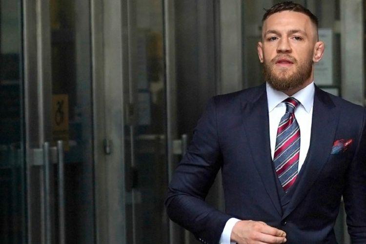 Conor McGregor mengadakan jumpa pers seusai sidang di Pengadilan Brooklyn, 26 Juli 2018.