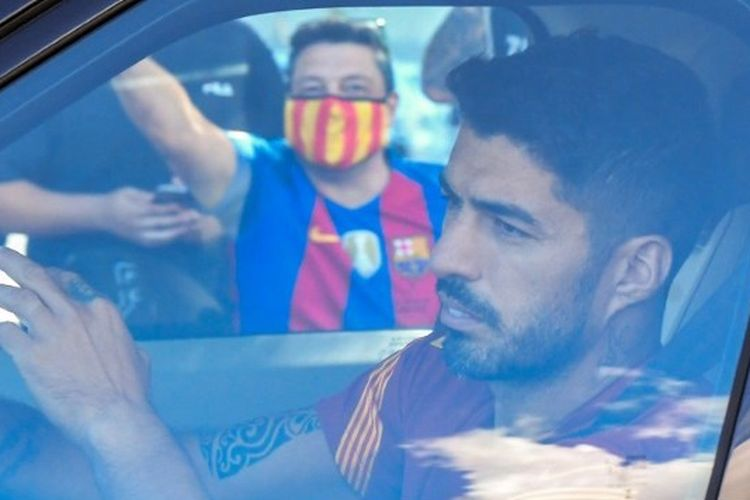 Luis Suarez menuju markas latihan Barcelona.