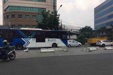 Polisi Rapikan Pembatas Jalan Simpang Duren Tiga yang Dibongkar Warga