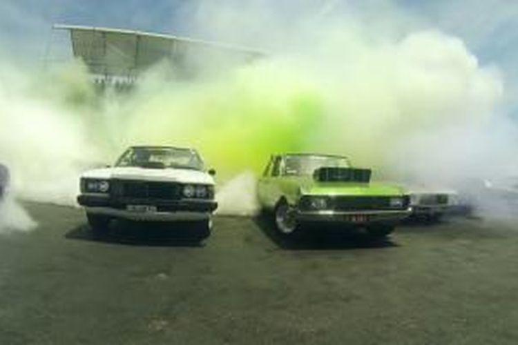 Aksi pemecahan rekor dunia jumlah mobil terbanyak yang melakukan burnout di Summernets, Australia, pada 1 Januari 2015.