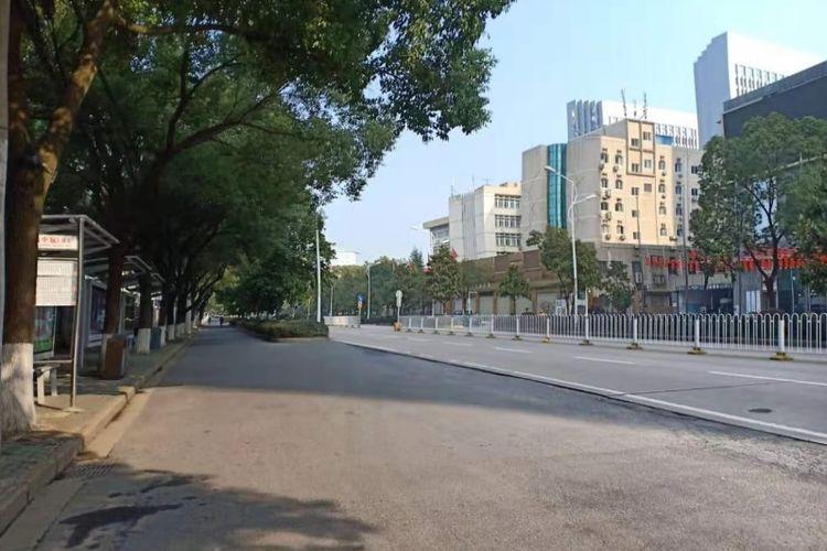 Kondisi di sekitar Huazhong University of Science and Technology (HUST), Rabu (29/1/2020). Situasi di sekitar lokasi tersebut sepi lantaran Pemerintah China mengisolasinya pada 23 Januari lalu pasca-virus corona baru menyebar.