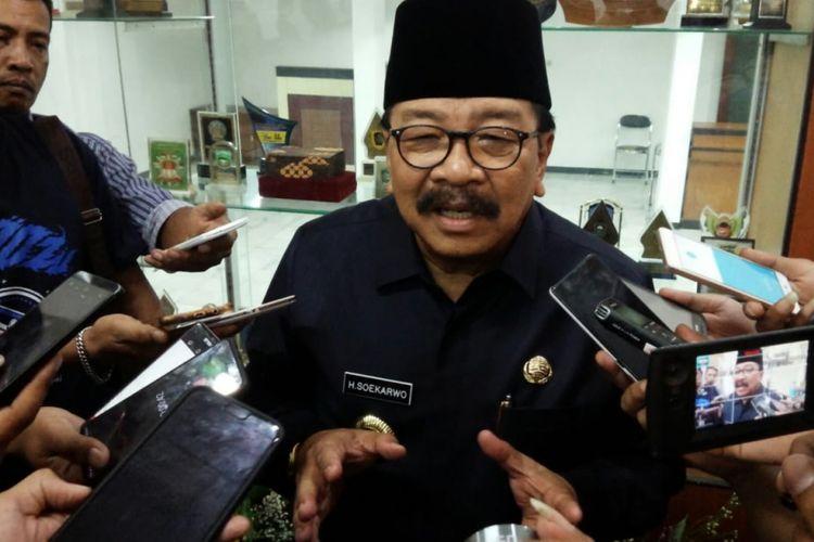 Gubernur Jawa Timur Soekarwo, usai menghadiri acara penyampaian visi misi Bupati-Wakil Bupati Jombang periode 2018 - 2023 dalam rapat paripurna yang digelar DPRD Jombang, Selasa (02/10/2018).