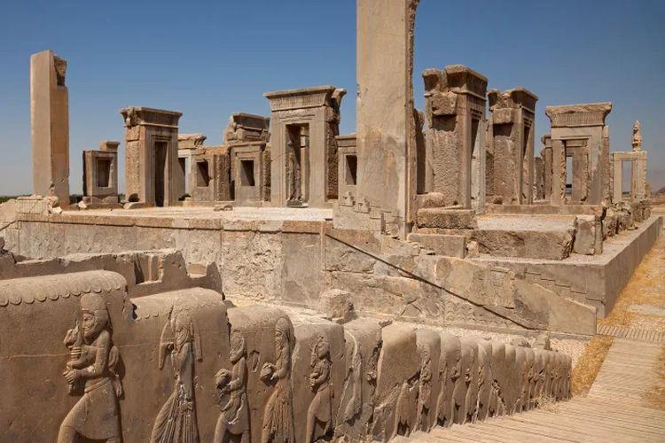 Ukiran relief timbul dari pelayan yang membawa hadiah kepada raja di dinding samping tangga di depan Istana Tachara, juga dikenal sebagai Istana Darius, di Persepolis.