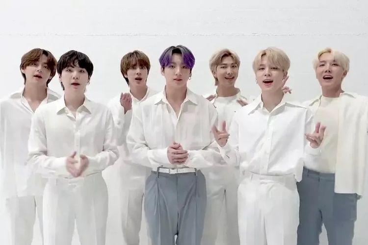 Para member boy group BTS memberi sambutan setelah filmnya Break The Silence: The Movie memenangi penghargaan Best Music Documentary di MTV Movie & TV Awards 2021, Senin (17/5/2021).