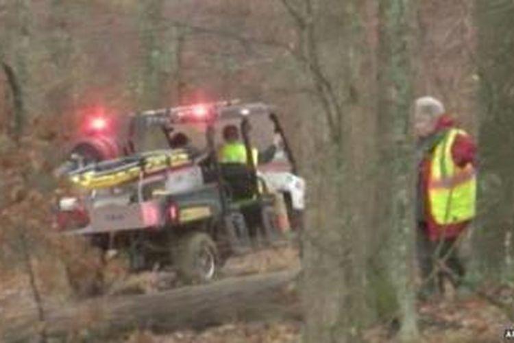 Tim penyelamat menerobos daerah hutan di Kentucky mencari pesawat yang jatuh itu