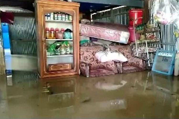 Banjir 1,5 Meter Terus Bertambah, Warga Terisolir Mengungsi dan Evakuasi Barang ke Tempat Tinggi