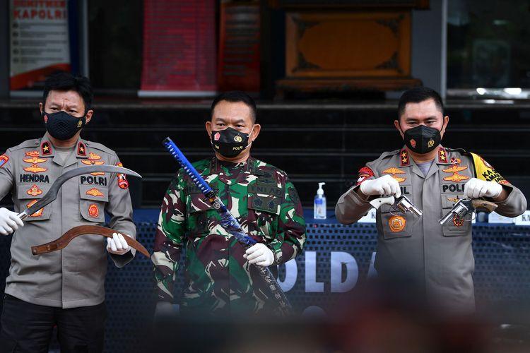 Kapolda Metro Jaya Irjen Pol Fadil Imran (kanan) bersama Pangdam Jaya Mayjen TNI Dudung Abdurachman (tengah) dan Karopaminal Divpropam Polri Brigjen Pol Hendra Kurniawan menunjukkan barang bukti terkait penyerangan polisi di Polda Metro Jaya, Jakarta, Senin (7/12/2020). Kapolda mengungkapkan telah terjadi penyerangan pada Senin (7/12/2020) pukul 00.30 WIB di Jalan Tol Jakarta-Cikampek kilometer 50 terhadap anggota Polri yang bertugas menyelidiki informasi rencana pengerahan kelompok massa untuk mengawal pemeriksaan Rizieq Shihab, sebanyak enam dari sepuluh orang yang diduga pengikut Rizieq Shihab tewas ditembak oleh polisi karena melakukan perlawanan dengan senjata api. ANTARA FOTO/Sigid Kurniawan/rwa.