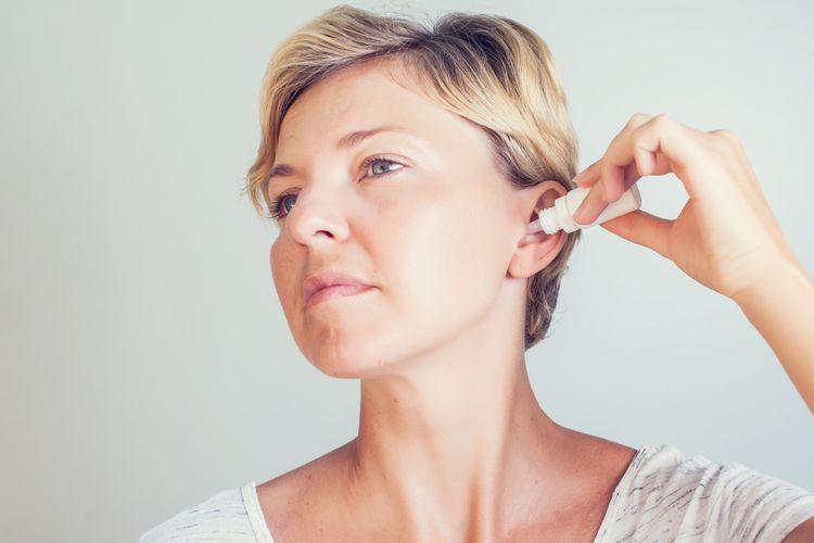 ilustrasi obat tetes telinga, membersihkan telinga
