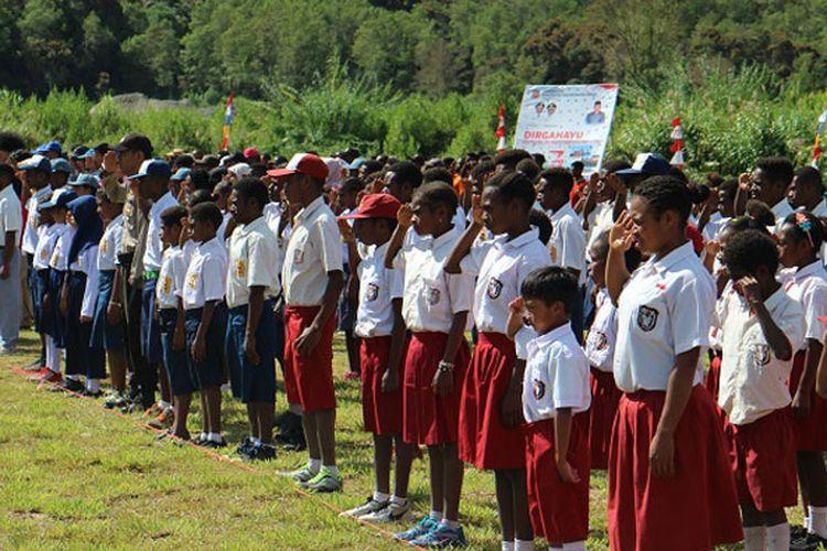 Prosesi upacara pengibaran bendera Merah Putih di Lapangan Distrik Anggi, Kabupaten Pegunungan Arfak, Papua Barat, Jumat (17/8/2018). Lapangan Distrik Anggi berada di ketinggian sekitar 1.750 meter di atas permukaan laut (mdpl).